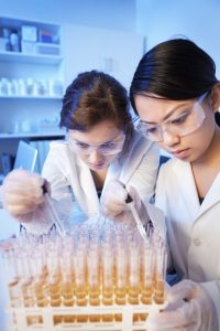 Two female scientists working int the lab.